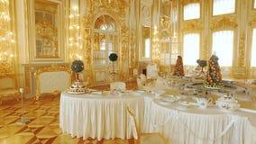 RYSSLAND ST PETERBURG-, 22 APRIL: inre av den ryska Royal Palace lager videofilmer