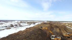 RYSSLAND ST PETERBURG-, 28 FEBRUARI: Övervintra antennen som jämnt skjutas av ny rörledningkonstruktion, grävskopor jorden lager videofilmer