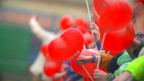 RYSSLAND ST PETERBURG-, 8 JUNI 2016: folkmassa av folk på festivalen av färger Holi med ballonger i form av hjärta stock video