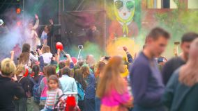 RYSSLAND ST PETERBURG-, 8 JUNI 2016: folkmassan av lyckligt folk kastar upp målarfärgen Festival av färger Holi stock video