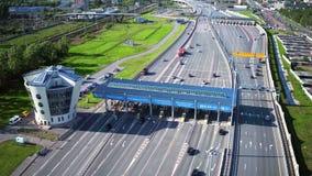 RYSSLAND ST PETERBURG-, 28 MAJ 2016: Flyg- sikt av huvudvägen med bilar på den moderna turnpiken för avgiftväg, port för lön för  arkivfilmer