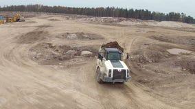 RYSSLAND ST PETERBURG-, 1 NOVEMBER: Låg flyg- sikt av en jordkonstruktionsplats med lastbilar och grävskopor nära sjön stock video