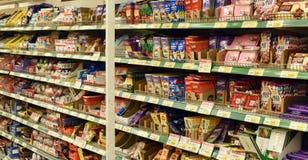 Ryssland St Petersburg, 01,03,2014 choklader på supermarket henne Royaltyfria Bilder