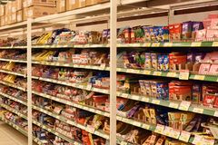 Ryssland St Petersburg, 01,03,2014 choklader på supermarket henne Arkivbilder