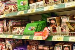 Ryssland St Petersburg, 01,03,2014 choklader på supermarket henne Arkivbild