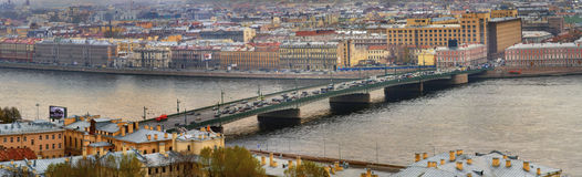 Ryssland St Petersburg, en klaffbro över Neva riv Royaltyfria Bilder