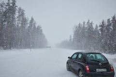 Ryssland St Petersburg förorts- Januari 2019 nederbörd för tung snö bil med snö royaltyfri foto