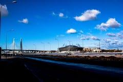 Ryssland St Petersburg, Februari 2019: Sikt av den Zenit arenastadion, solig dag, morgon, sikt från den västra WHSDEN - royaltyfria bilder