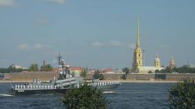 Ryssland St Petersburg, Juli 29, 2018 sjö- ståtar på bakgrunden av domkyrkan av den Peter och Paul fästningen lager videofilmer