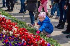 2014 Ryssland St Petersburg - MAJ 9: dag av segern, minne av hjältar Minnet av soldater i stort patriotiskt krig liten gi Arkivfoton