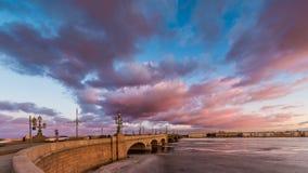 Ryssland St Petersburg, 19 mars 2016: Rosa färgen fördunklar över den Troitsky bron Royaltyfri Foto