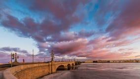 Ryssland St Petersburg, 19 mars 2016: Rosa färgen fördunklar över den Troitsky bron Royaltyfria Bilder