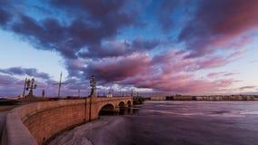 Ryssland St Petersburg, 19 mars 2016: Rosa färgen fördunklar över den Troitsky bron Arkivbild