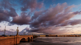 Ryssland St Petersburg, 19 mars 2016: Rosa färgen fördunklar över den Troitsky bron Arkivfoton