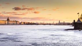 Ryssland St Petersburg, 19 mars 2016: Vattenområdet av den Neva floden på solnedgången Royaltyfri Bild