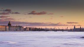 Ryssland St Petersburg, 19 mars 2016: Vattenområdet av den Neva floden på solnedgången Fotografering för Bildbyråer