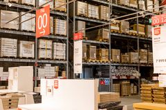 Ryssland St Petersburg, marsch 16, 2019 IKEA möblemanglagerområde, stort inventarium Lagergodset lagerför för arkivfoto