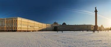 Ryssland St Petersburg, 1 marsch 2016: Slottfyrkant i vinter Fotografering för Bildbyråer