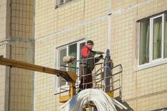 Ryssland St Petersburg, Nikolsky 14 Februari 2017 - arbetande hammare som arbetar på fasaden av huset, closeup Arkivfoto