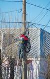 Ryssland St Petersburg, Nikolsky 14 Februari 2017 - den arbetande elektrikeren har reparerat hög-spänning trådar Royaltyfri Foto
