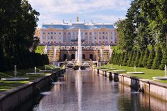 Ryssland St Petersburg, Peterhof Juli 2014, slott med springbrunnen arkivfoto