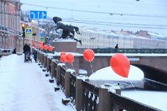 Ryssland St Petersburg, röda ballonger på den Fontanka invallningen Royaltyfri Foto