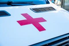 RYSSLAND St Petersburg, September 21, 2018 Röda korset på den vita huven av ambulansen familjhälsa, välgörenhet och royaltyfri bild