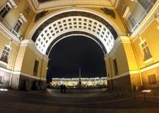 Ryssland St Petersburg, slottfyrkant, båge av general Armé Bemanna Byggnad Arkivfoto