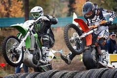 Ryssland stad av Magnitogorsk, - Juli, 10, 2011 Konkurrens för deltagareloppmotocross på en stadion för öppen stad royaltyfri foto