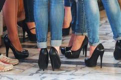 Ryssland stad av Magnitogorsk, - Maj, 18, 2015 Ben av flickor som till varandra talar Kvinnors företag i ett lokalt institut royaltyfri fotografi