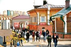 Ryssland stad Irkutsk, 130 Kvartal, 25 Oktober 2017, den återställda gatan, stiliserade 18th århundradehus Arkivbilder
