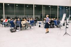 Ryssland stadsMoskva - December 18, 2017: En grupp m?nniskor i rummet Aff?r tre personsisolated p? vit Begrepp f?r laggenomk?rare fotografering för bildbyråer