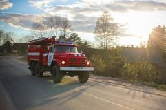 17 05 17 Ryssland Strugi Krasnye, lastbilen för röd brand rusar till extinen Royaltyfria Foton