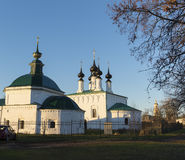 Ryssland Suzdal - 06 11 2011 fredag kyrka och Vhodoierusalimskaya kyrka på marknadsfyrkanten Guld- Ring Travel Arkivfoto