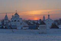 Ryssland Suzdal i mars Solnedgång över Pokrovskyen Arkivbilder