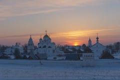 Ryssland Suzdal i mars Solnedgång över Pokrovskyen Fotografering för Bildbyråer