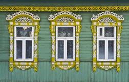 Ryssland Suzdal Tre fönster med snidit trä Arkivbilder