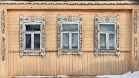 Ryssland Suzdal Tre fönster med snidit trä Royaltyfri Fotografi