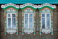 Ryssland Suzdal Tre fönster med snidit trä Royaltyfria Bilder