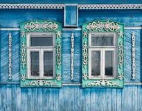 Ryssland Suzdal Två fönster med snidit trä Royaltyfria Bilder