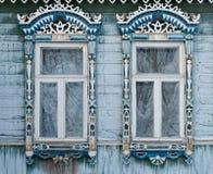 Ryssland Suzdal Två fönster med snidit trä Arkivbilder