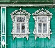 Ryssland Suzdal Två fönster med snidit trä Arkivbild