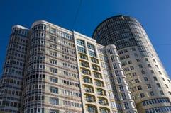 22 03 2017 Ryssland Sverdlovsk region, stad av Yekaterinburg, ett fragment av byggnadsfasaden mot den blåa himlen Modern busin Royaltyfri Bild