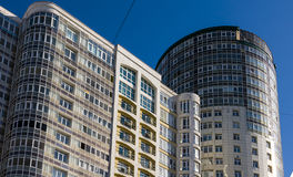 22 03 2017 Ryssland Sverdlovsk region, stad av Yekaterinburg, ett fragment av byggnadsfasaden mot den blåa himlen Modern busin arkivbild