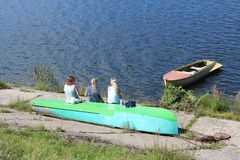 Ryssland: Tre unga kvinnor sitter på ett fartyg arkivfoton