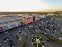 Ryssland Ufa 09 2014 Den flyg- sikten av stort shoppar Arkivfoto