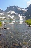 Ryssland västra Kaukasus, floden Imeretinka följer från Imeretinskoye sjön i sommar i sjön för klart väder i sommar Arkivbilder