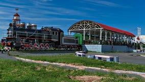 Ryssland Västra Siberia Gammal lokomotiv med vagnen som barns kafé arkivbilder