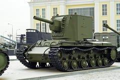RYSSLAND VERKHNYAYA PYSHMA - FEBRUARI 12 2018: Sovjetisk tung anfallbehållare KV-2 i museet av militär utrustning Arkivfoto