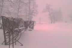 Ryssland vinter, bänk i snö, snödagar i Chelyabinsken Arkivbild